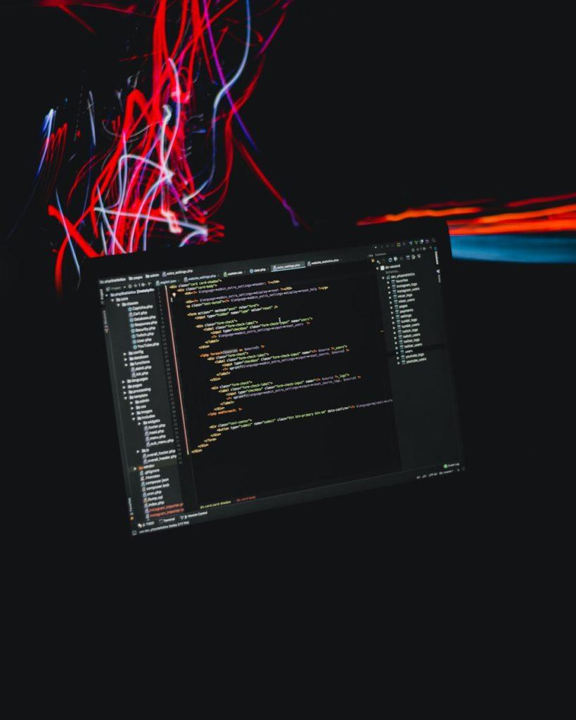 Questa immagine ha l'attributo alt vuoto; il nome del file è Code_Programming-819x1024.jpg